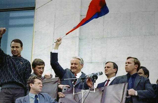 Борис Ельцин на митинге у здания Дома советов РСФСР, август 1991 Медиапроект s-t-o-l.com