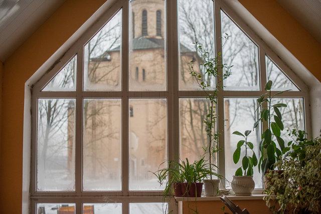 Вид на храм Михаила архангела из окна антикризисного центра Медиапроект s-t-o-l.com
