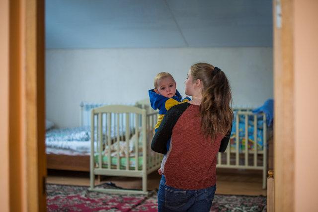 Ира с малышом в одной из комнат антикризисного центра Медиапроект s-t-o-l.com