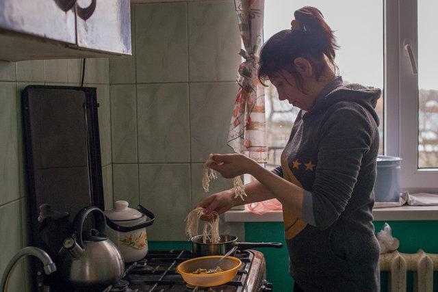 Лариса во время приготовления обеда Медиапроект s-t-o-l.com