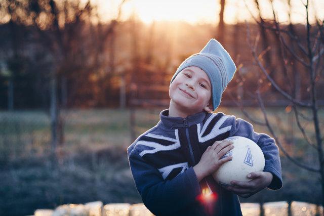 Ребенок с футбольным мячом Медиапроект s-t-o-l.com