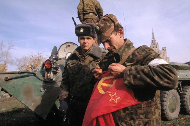 Офицер Таманской дивизии рвёт снятый с Белого дома советский флаг Медиапроект s-t-o-l.com