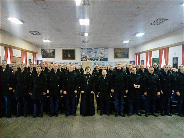 Отец Адам Бокарев с солдатами-срочниками в Кронштадте  Медиапроект s-t-o-l.com