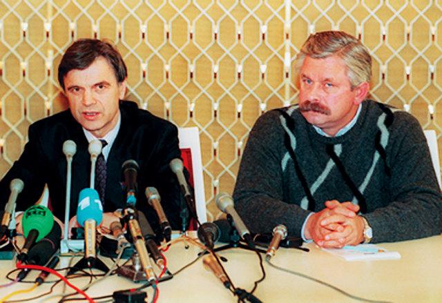 Руслан Хасбулатов (слева) и Александр Руцкой во время пресс-конференции в осажденном Белом доме. Октябрь 1993 года Медиапроект s-t-o-l.com