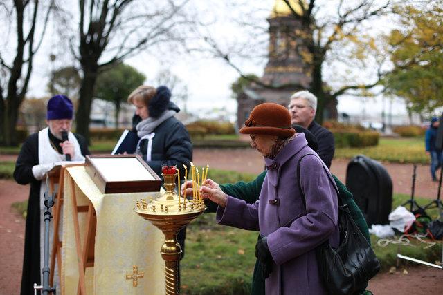 Женщина ставит свечу Медиапроект s-t-o-l.com