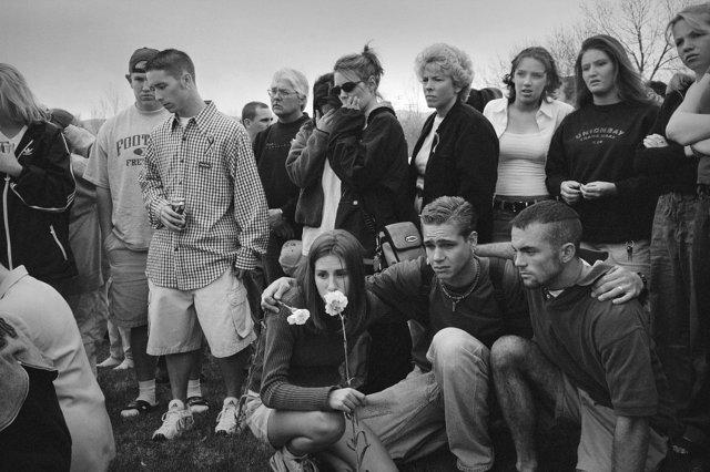 """Ученики школы """"Колумбайн"""" на следующий день после трагедии. Фото: Зед Нельсон Медиапроект s-t-o-l.com"""