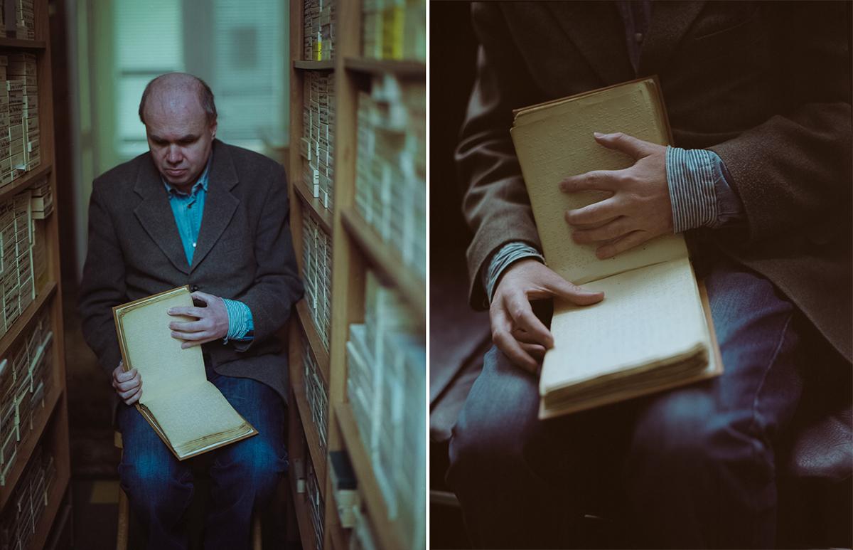 Олег читает блокадные дневники незрячего историка, шахматиста П.В. Горчакова. В 1942 году Горчакову было 26 лет. Эта рукопись была написана по Брайлю вручную на приборе, грифелем Медиапроект s-t-o-l.com