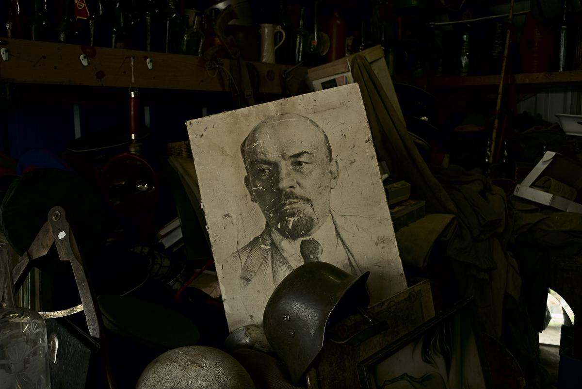 Широко растиражированный в советское время портрет Ленина на блошином рынке у станции Удельная. В 1917-м сам Ленин уезжал с Удельной в Финляндию, скрываясь от возможного преследования Медиапроект s-t-o-l.com