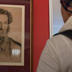 Портреты Путина и Пушкина не поделили стену